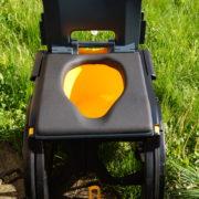 Fauteuil d'aisance avec une vue sur le seau positionné (en jaune)